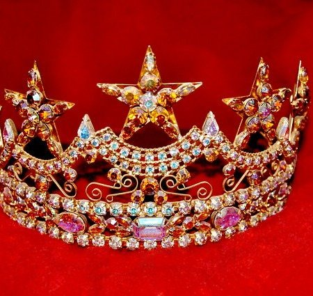 A regal looking crown