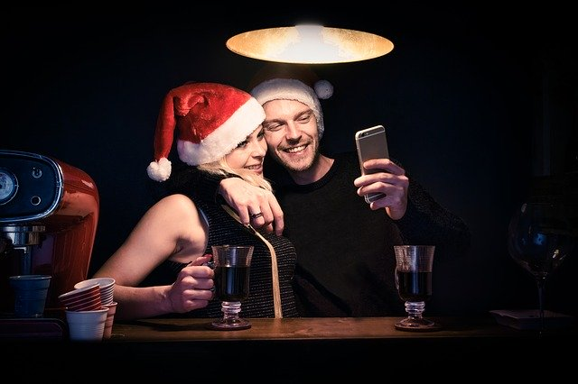 A man dating a woman in a Santa hat