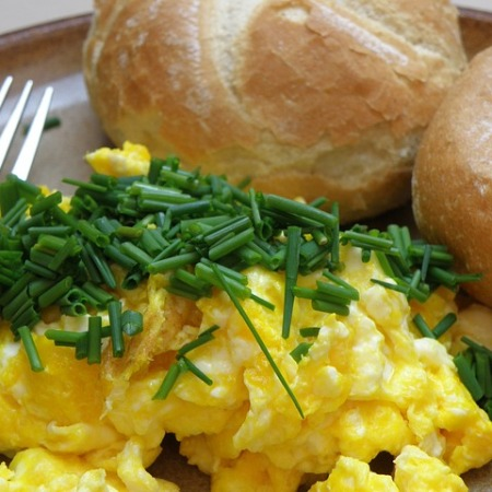 Scrambled eggs with chives on top